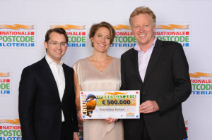 Ilko Bosman and Frans Schepers receiving the donation cheque from Judith Lingeman, head of Charity of the Dutch Postcode Lottery